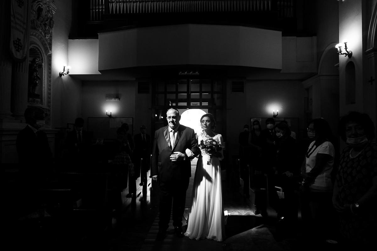 sposa-entra-con-padre-chiesa